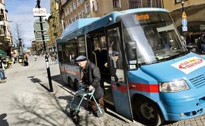 Rum för fler. Britt Persson är en av cirka 1500 resenärer som varje månad utnyttjar flextrafiken i Örebro. Det finns dock rum för fler och kommunen hoppas att kunna öka intresset genom marknadsföring.