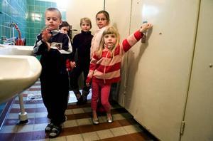 Undviker källartoaletterna. Johannes Brännström, Paprika Åström, Ella Olsson, Nadja Persson och Alva Håll på Sågmyraskolan önskar mer ljus och hela toaletter.