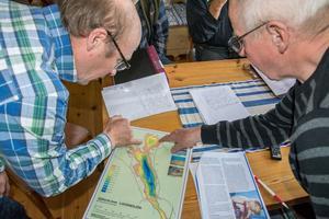 Locknesjöns vänner består av en handfull män från bland annat Lockne, Rossboll och Haga. På bilden, Börje Nilsson och Sven-Erik Olsson över en karta över Locknesjön.