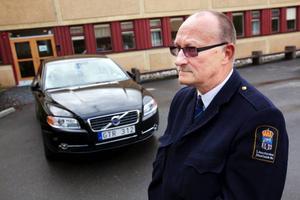 """Skjutsar kungen.Utanför ingången till polishuset står Sven Adolfsson. Till vardags arbetar han med diverse administrativa uppgifter på länsstyrelsen i Östersund. Men när kungen är på besök i länet är det han som sköter transporten. """"Jag har skjutsat kungen fler gånger än jag minns. När han kommer hit och behöver skjuts är det jag som gör det"""", säger Sven Adolfsson.Foto: Håkan Luthman"""