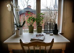Lantligt från sovrummets fönster ser man Domkyrkan och gårdens lillstuga.