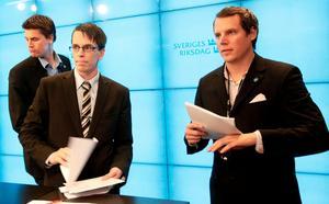 Christoffer Dulny  (t-h) var med och presenterade SD:s budget 2010. I dag försöker han förena alternativhögern men väljer att kalla rasismen och antisemitismen underhållning. Foto: Sören Andersson / SCANPIX