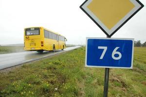 TRAGEDI. Olyckan inträffade längs riksväg 76. Enligt polisen finns det ingen brottsmisstanke mot föraren av lastbilen.