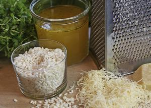 Grovkornigt ris, god buljong och färskriven parmesanost är grunden till en riktig risotto.