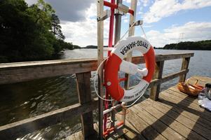 En vanlig syn vid badplatser och andra vattendrag, det finns cirka 80000 livbojar utplacerade i Sverige.