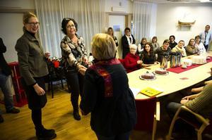 Enhetschefen Agneta Johansson gratuleras av Anna Bärsten och Christina Järnstedt för att hennes arbetsteam