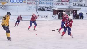 Petter Andersson slår in 1–0 på en hörna.