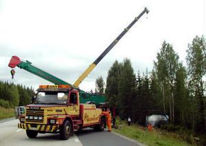 Två mobilkranar fick rekvireras för att bärga den dikeskörda bulkbilen.