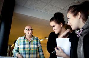 Göran Martinsson hjälper elever till rätta i sommarjobbsdjungeln.