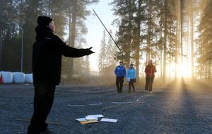 Jodå, mätstickor går även att jonglera med. Emil Karlsson från Centralskolan i Hoting visar hur det går till för lagkamraterna Arnold, Linnea och Amanda.