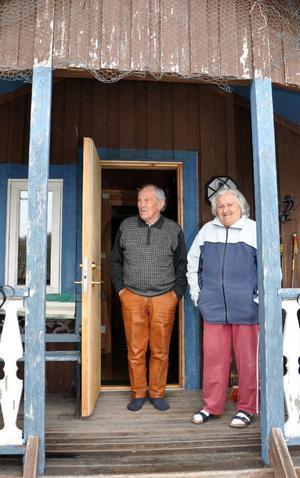 Jon Paul och Margot Persson har varit gifta i femtio år och uppfostrat två döttrar i Hosjöbottnarna. Numera har de en vinterlägenhet i Hallen men bor fortfarande