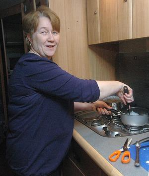 Maria Hemgren från Hille lagar mat i husvagnen.