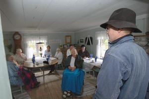 Lars Mittjas berättar för besökarna om Mittjasvallen och Norsbo fäbodar.