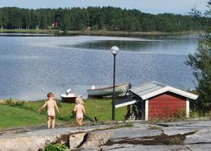 Här är vi på semester ute på Hammarö i härliga Värmland och våra tvillingtjejer springer nakna på klipporna och bara njuter av det härliga vädret och den härliga miljön.