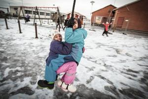 Nasteho Kadar Wali, 8 år, och Fatuma Mahdi Dinle, 8 år, gladdes åt att skolgården, som varit avstängd under skolbygget, äntligen öppnats igen.