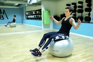 Balans på pilatesboll   Sitt gärna på en pilatesboll under delar av din arbetsdag! Detta gör att hela bålen aktiveras, och att du automatiskt stimulerar en god hållning. Vill du ha mer utmaning, prova att växelvis lyfta höger/vänster ben ett par centimeter från marken.