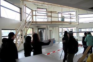 Eleverna fick en guidad tur inne på bygget för att se sin blivande skola.