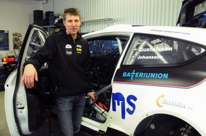 I dag går en dröm i uppfyllelse för Hasse Gustafsson från Vansbro. Han startar i Svenska rallyt i en riktig VM-bil.
