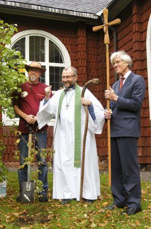 Nyplanterat. En hallonbuske i jorden för pilgrimsminnen. Kari Paavonen, Per Schmidt och Wilhelm Tham. BILD: ANDERS ALMGREN