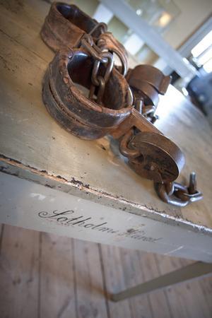 Bojor. Handfängsel och fotbojor som fångarna hade på sig i rättssalen finns kvar i tingshuset i Västerhaninge. Efter mordet den 31 juli 1853 hölls ett extrating i Sotholms härads tingshus den 18 augusti. Det blev starten på en lång rättsprocess, som avslutades med fällande domar år 1855. Drängen Gustav Pettersson miste livet genom halshuggning vid avrättningsplatsen i Jordbro, vid den så kallade galgstenen. Foto: Helene Skoglund