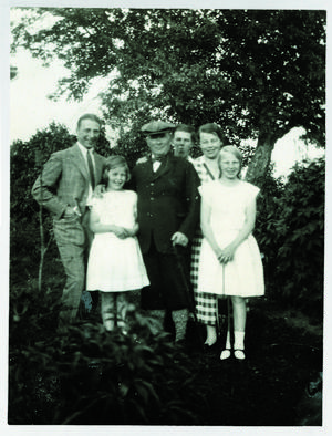 Erik Axel och Gerda Karlfeldt med sina fyra barn Folke, Ulla, Sune och Anna. Bilden är tagen på familjens sommarställe Sångs i Leksand.