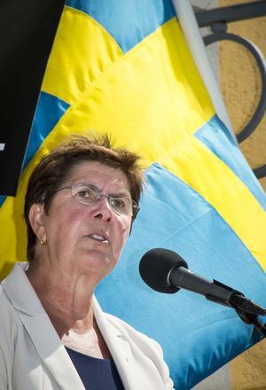 """Landshövding Ylva Thörn talar från Gruvmuseets trappa under nationaldagen.""""Sverige är ett öppet land och vi välkomnar alla nya hit!"""""""