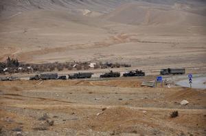 I det här fotot syns syriska styrkor  under torsdagen vara på väg för att inta  stridspositioner inför striden  om Palmyra.
