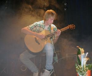 Sälengrabben Samuel Eriksson presenterade ett mycket stämningsfullt gitarrsolonummer i It´s your favourite.