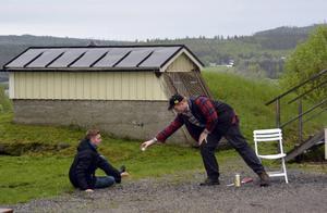 Kim Tjernström som stridsflygaren Gösta har störtat med sitt plan och får en kaffeskvätt av Gabriel Wärme.