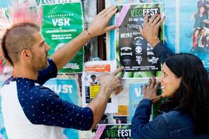 Daniel Marklund och Ingrid Wisell tapetserar stan i Vegfest 2017-affischer.