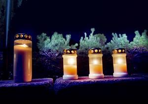 tända ljus på graven