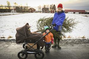 Karin Molde med barnen Ingrid Molde, 3 år, och i vagnen Elmar Molde, 2 månader, är på väg hem med en nyinköpt julgran. Hon är försiktigt positiv till att det byggs flerbostadshus i centrala Ås.