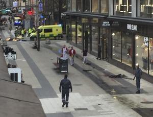 Tre personer dödade när ett fordon har kört in i människor på Drottninggatan i centrala Stockholm, rapporterar flera medier.