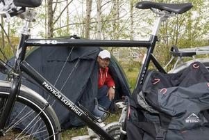 30 nätter i tält. Marcus Lindström har redan slagit läger i trädgården för att börja vänja sig vid campinglivet. 30 nätter i tält räknar han med att det blir under cykelfärden till Kebnekaise.