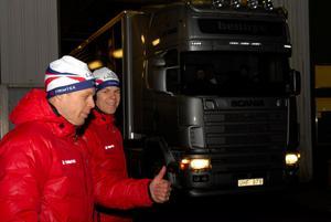 Daniel Tynell gör tummen upp för teamets nya satsning på en egen trailer för all service under skidtävlingarna.