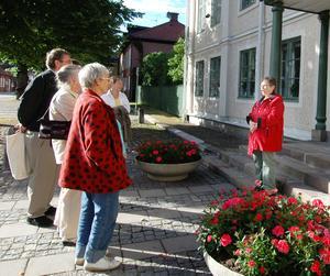 Kulturvandrare. Varje tisdag under hela sommaren har kommunen ordnat en guidad promenad genom Hedemoras gamla stadskärna. Nu på tisdag går den sista promenaden av stapeln. Foto:Jenny Lagerstedt