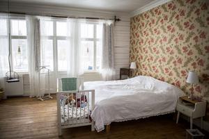 Sovrummet har husets vackraste golv. Gungan i fönstret hittades på vinden i bagarstugan.