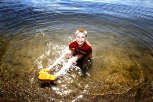 """myser. Max Räty, 8 år, älskar att bada! """"Man kan slappna av i vattnet"""" säger han."""