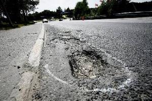 På grund av det milda vädret är vägarna i landet sämre än någonsin. Här är ett stort hål på en vältrafikerad väg utanför Örnsköldsvik.