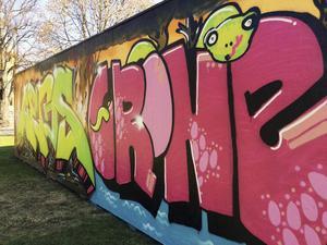 Graffitiväggen uppe och på stört tagen i bruk.