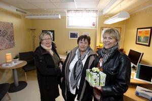Agneta Hansson, sjuksköterska, Britt-Marie Sandström och Karin Andersson, alkohol- och drogterapeuter, samtliga från beroendemottagningen i Bollnäs kom till invigningen för att önska lycka till.