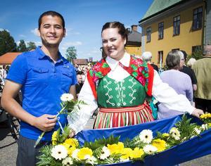 Ali Haider från Afghanistan välkomnades till Falun av Emma Norman med blommor.