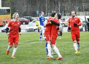 André Westergren, lagkapten, kramar Jakob Melander efter Sund IF:s 2–1-mål mot Hofors.