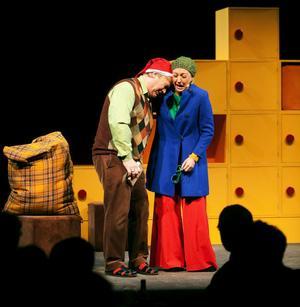 Programledaren (Stina Samson) på jakt efter julens ikoner möter en missmodig jultomte (