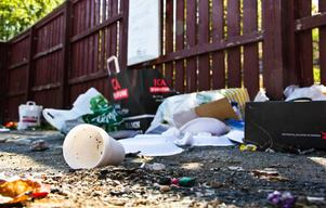 Platsen där en återvinningsstation tidigare stått får fortfarande agera hem för sopor på Kilsmyravägen.
