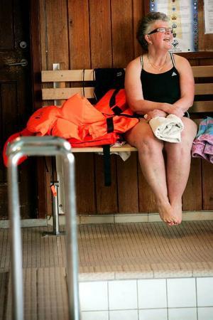 – Tilliten är viktigast och Anna är så duktig, skriv det,säger Anne-Mari Johnsson.– Med en trygg handledare blir det en lek. Alla säger att jag vill inte doppa huvudet under vattnet men efter en halvtimma gör alla det, säger Anne-Mari Johnsson.– Och nu kan du falla från kanten på djupt vatten, säger Anna Hansson som är simlärare.