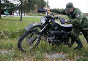 Leif Abrahamsson hämtar sin kollegas motorcykel efter krocken.