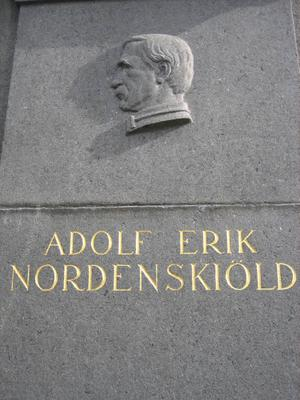 Nordenskiölds namn är ingraverat på Vegamonumentet.