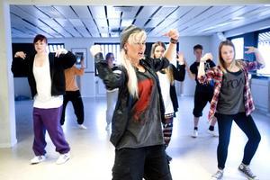 Dansläraren Katarina Wöllner visar ungdomarna från 16 år och uppåt hur de ska få till de rätta HipHoprörelserna.