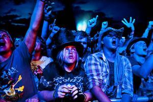 Slash-hattar i publiken.
